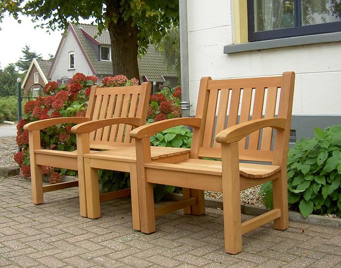 2 tuinstoelen van FSC hard hout met tafel