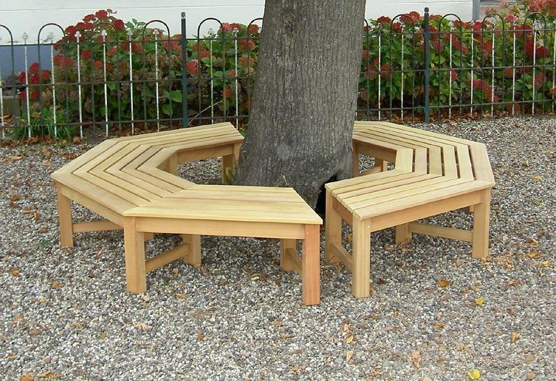 achthoekige boombank, van FSC gecertificeerd Guariuba hardhout zonder rugleuning, maar ook met rugleuning verkrijgbaar. bestaat uit 2 helften, die met rvs bouten en moeren aan elkaar gekoppeld worden.