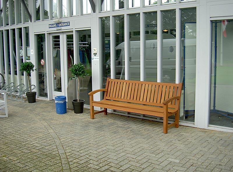 houten tuinbank van Vondel tuinmeubelen bij het bevrijdingsmuseum in Groesbeek