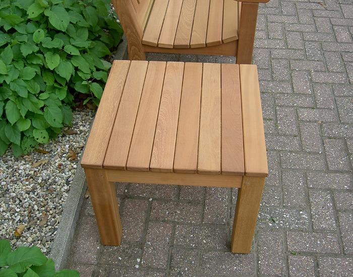 bijzetafel 55 x 55 cm van FSC hard hout voor in de tuin