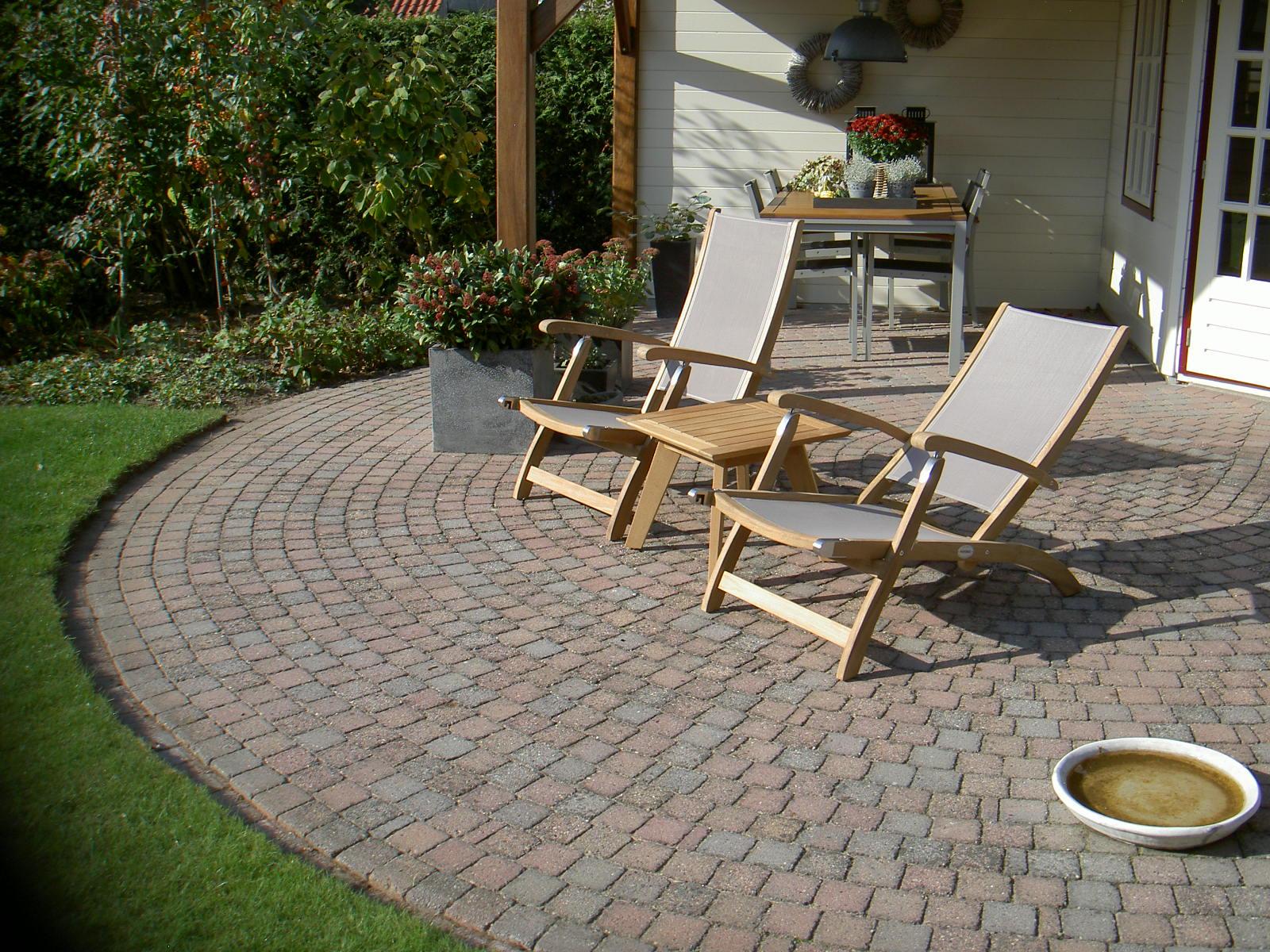 deckchairs van teakhout met zitting en rugleunuing van weerbestendig licht grijs textileen stof.
