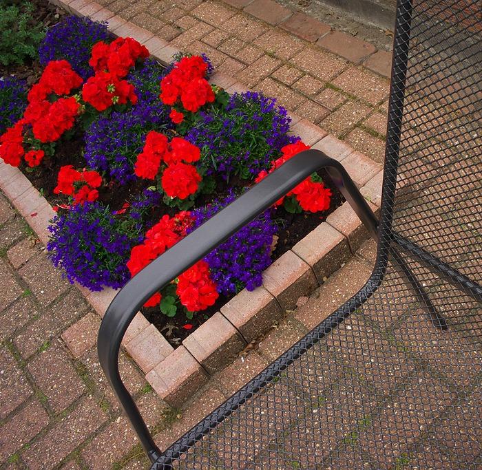 geraniums in tuin bij vondel tuinmeubelen