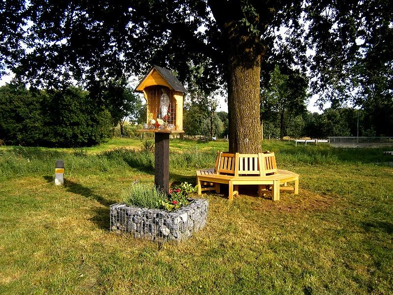 achthoekige hard houten boombank om boom