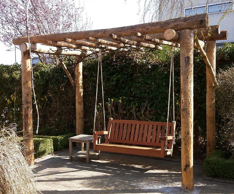 losse schommelbank van fsc hout aan touwen zonder frame