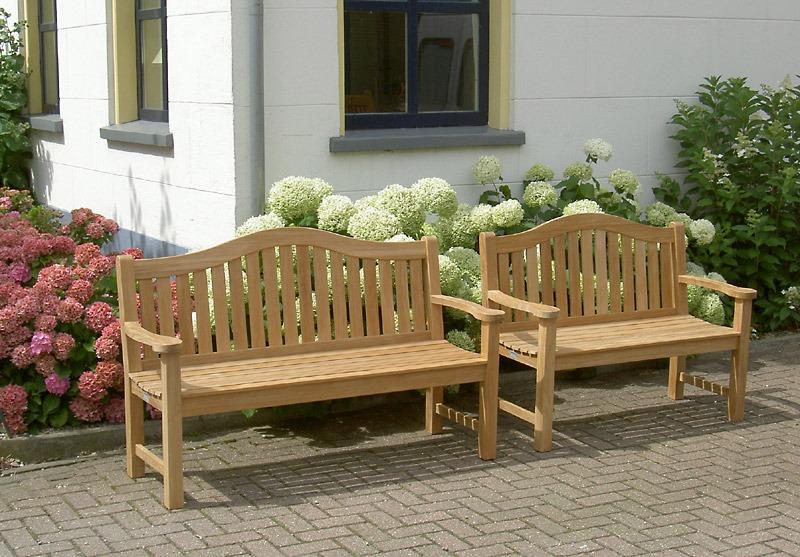 tuinbank met platte armleggers van teak hout