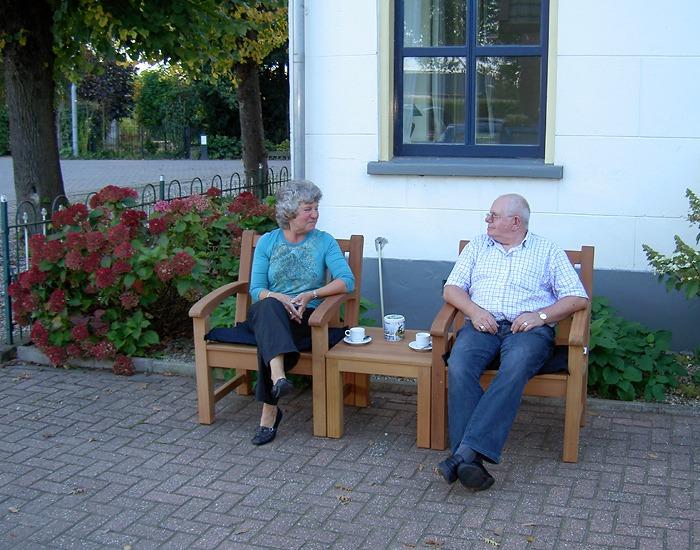 mooie koffietafel van teak hout voor buiten in de tuin