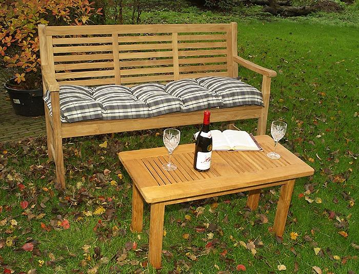 mooie koffietafel van teakhout in de tuin