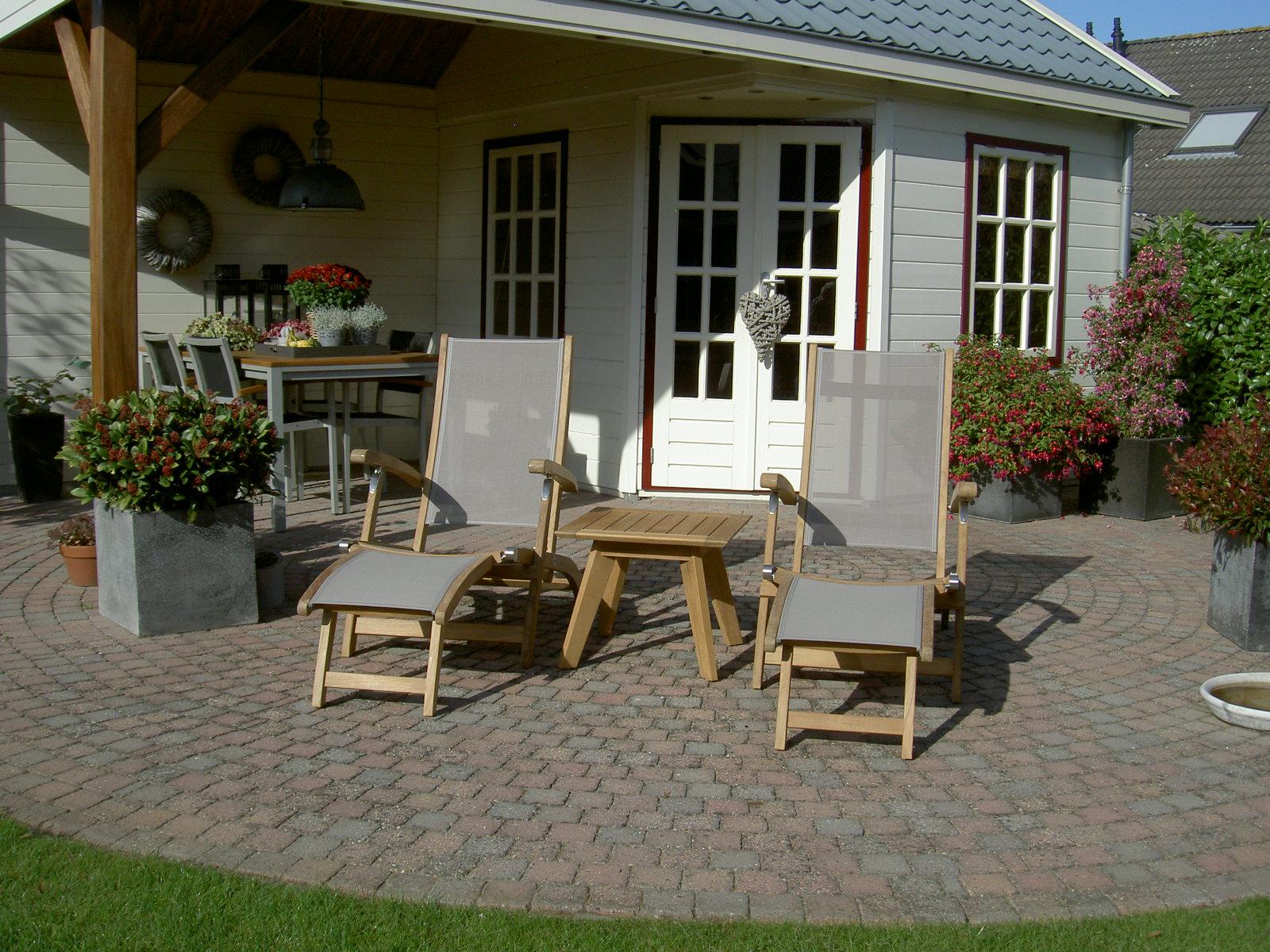 ligstoelen van teakhout, met weerbestendig textileen stof en roestvrij staal beslag.