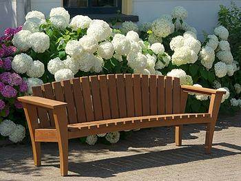 mooie houten tuinbank, van FSC hardhout. heel apart en prachtig. Van Vondel Tuinmeubelen. fabrikant van duurzame houten tuinmeubelen.