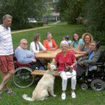 picknicktafel van hard hout, geschikte voor (elektrische)rolstoelen. Rolstoel picknicktafel voor meerdere personen.
