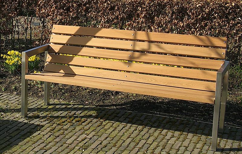 Roestvrijstaal tuinmeubelen in combinatie met hout