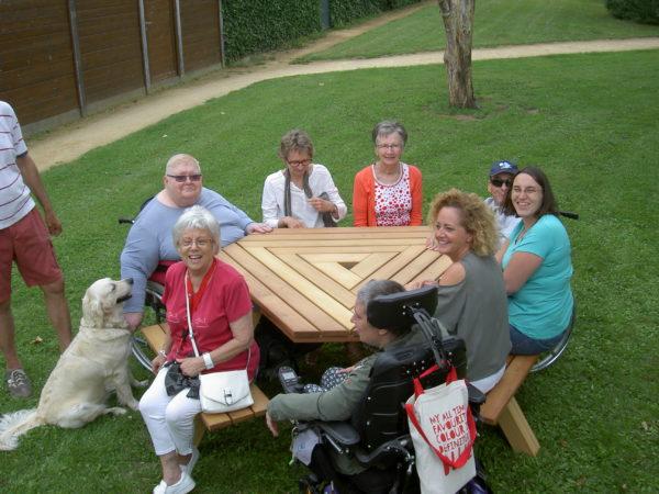 onze picknicktafels zijn speciaal ontworpen voor rolstoelen.