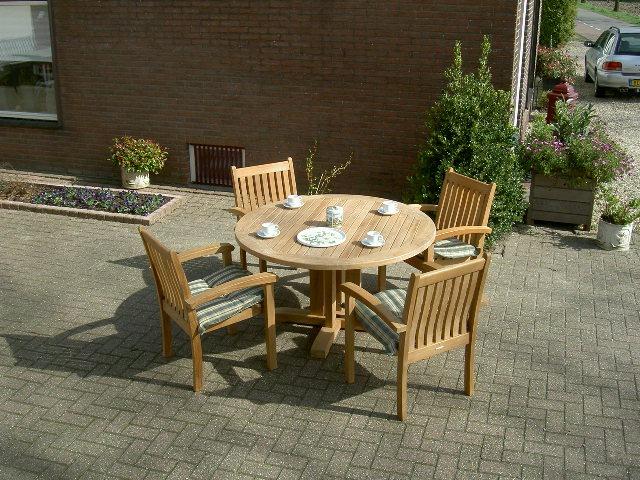 ronde tuintafels teakhout met kruispoot en Alice stapelstoelen