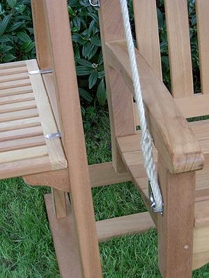 houten schommelbank met touw en zijtafeltje