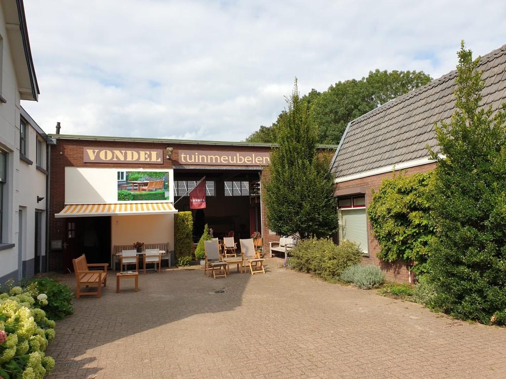 showroom van Vondel houten tuinmeubelen in Kapel-Avezaath
