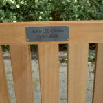 tekstplaatje op tuinbank voor cadeau bij huwelijk / trouwen
