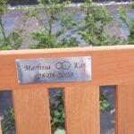 houten tuinbank met tekst plaat. Wilt u een houten tuinbank van ons cadeau (cado) geven, bij een afscheid of jubileum? Wij verzorgen als extra service een mooi tekstplaatje van tin op de tuinbank.