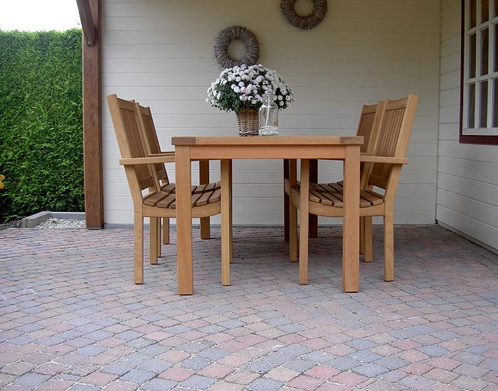 tuinstoelen en tuintafels van fsc hard hout onder tuintafel
