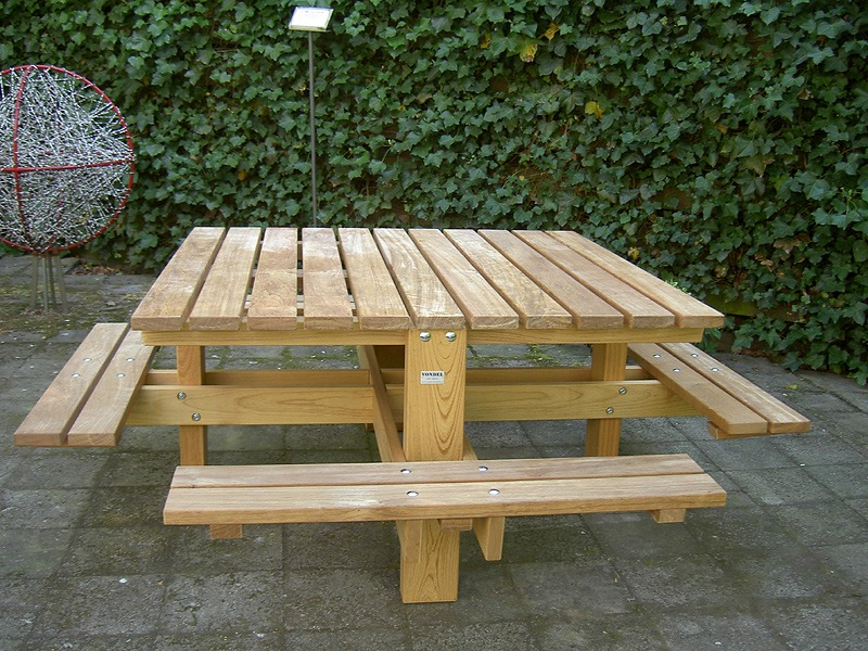 Vierkante picknicktafels van FSC hard hout geplaatst bij Amnesty International in Amsterdam