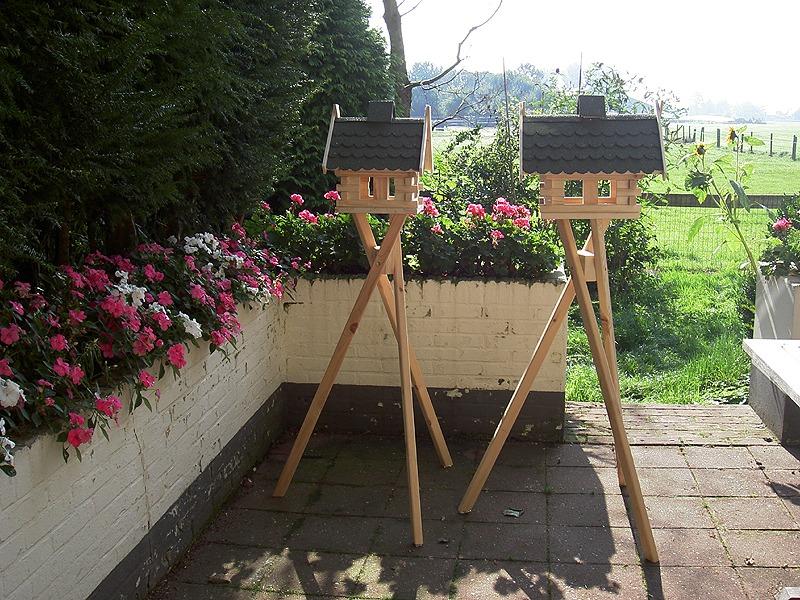 voederhuisjes voor vogels op standaard of paal van hout, een plaatje in je tuin.