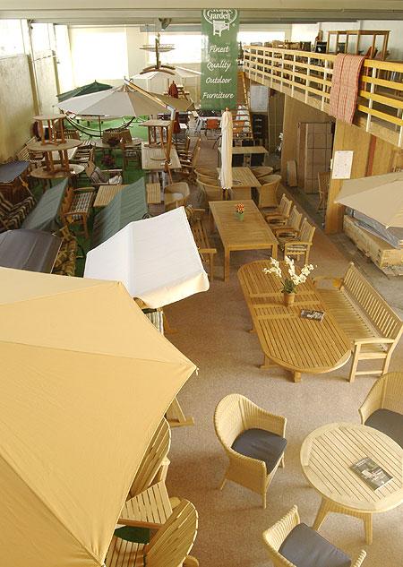 showroom met houten tuinmeubelen