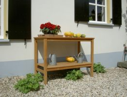 werktafel van hout in de tuin