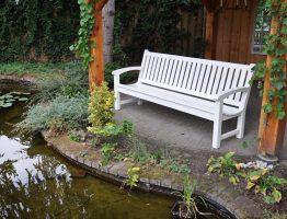 witte houten tuinbanken van hardhout